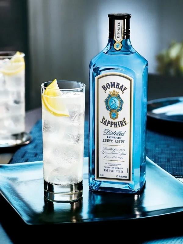 Gin Bombay Sapphire với màu xanh ngọc bích quyến rũ nồng nàn