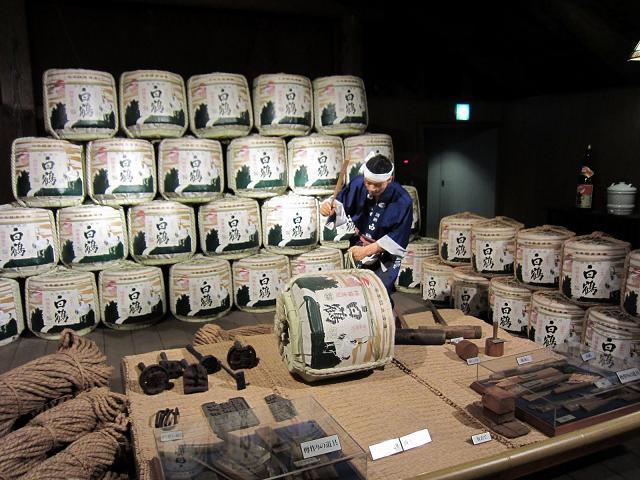 Những chiếc thùng lớn được dùng để ủ Sake