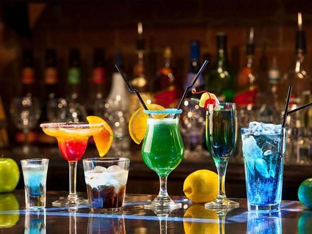 Những ly cocktail màu sắc được tạo ra từ loại rượu nền đầy công năng