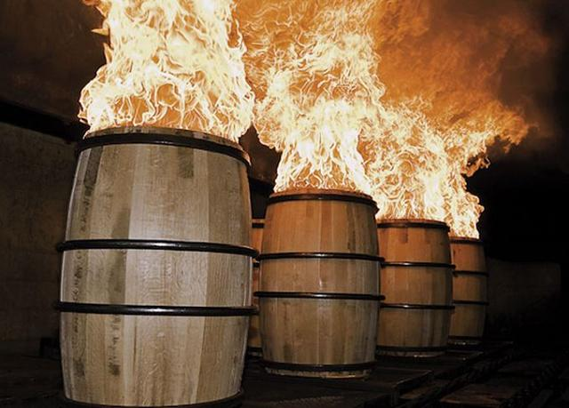 Rượu được ủ trong thùng gỗ Sồi