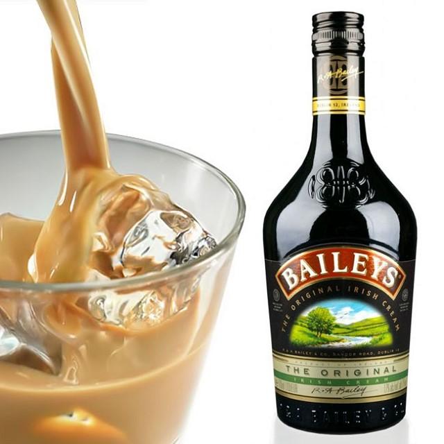 Thưởng thức rượu sữa Bailey với đá để trải nghiệm cảm giác mát lạnh mới mẻ