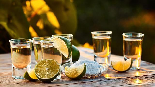 Uống Tequila cùng chanh với muối